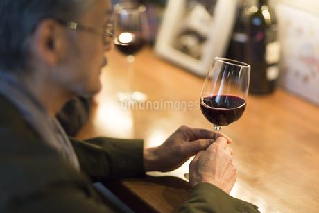バーでワインを飲むシニア男性の写真素材 [FYI02511803]