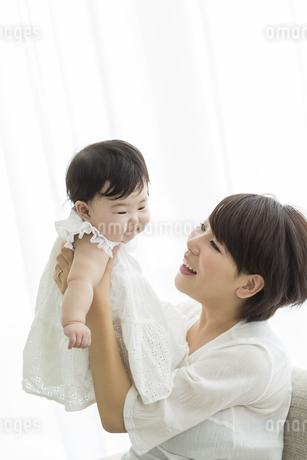 母親に抱っこされる赤ちゃんの写真素材 [FYI02511813]
