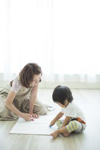 お絵描きをする親子の写真素材 [FYI02511821]