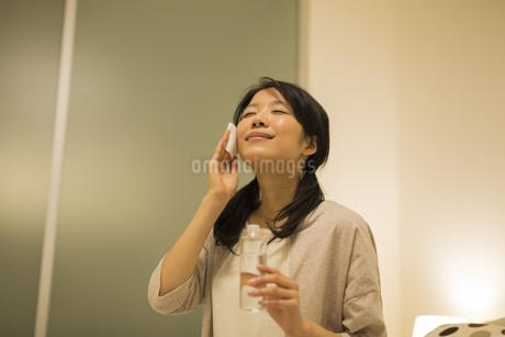 スキンケアをする女性の写真素材 [FYI02511838]