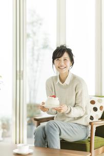 ケーキを持って笑顔の女性の写真素材 [FYI02511841]