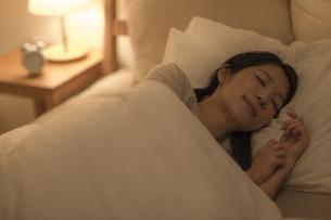 ベットで眠る女性の写真素材 [FYI02511843]