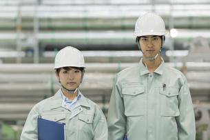 工場で働く男女の作業員の写真素材 [FYI02511875]