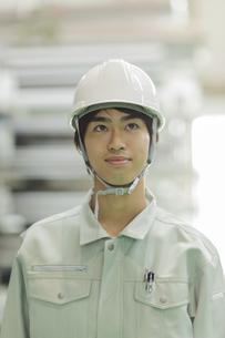 作業服の若い男性の写真素材 [FYI02511889]