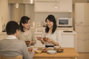 食事をする三人家族の写真素材 [FYI02511900]