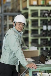 工場で働く作業服の男性の写真素材 [FYI02511904]