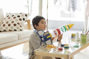ペットボトルのロケットを持つ男の子の写真素材 [FYI02511919]