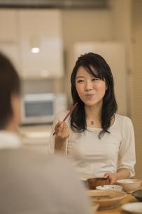 食事をする若い女性の写真素材 [FYI02511921]