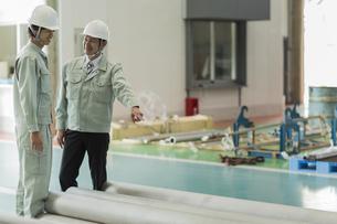 工場で働く2人の作業員男性の写真素材 [FYI02511929]