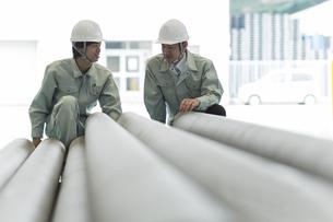 工場で働く2人の作業員男性の写真素材 [FYI02511938]