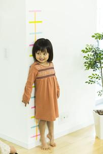 身長を測る女の子の写真素材 [FYI02511939]