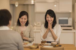 食事をする三人家族の写真素材 [FYI02511948]
