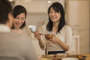 食事をする三人家族の写真素材 [FYI02511957]