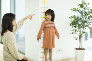 身長を測る女の子の写真素材 [FYI02511958]