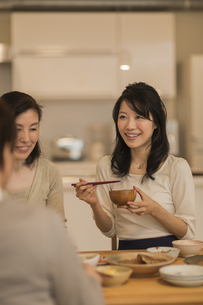 食事をする三人家族の写真素材 [FYI02511964]