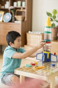 ペットボトルでロケットを作る男の子の写真素材 [FYI02511997]