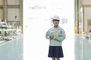 工場で働く作業服の女性の写真素材 [FYI02512013]