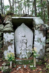 熊野古道中辺路の赤木越鍋割地蔵の写真素材 [FYI02512036]