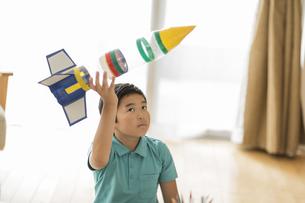 ペットボトルのロケットを持ち上げる男の子の写真素材 [FYI02512057]