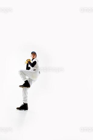 ボールを投げようとしている野球のユニフォームを着た男性の写真素材 [FYI02512080]