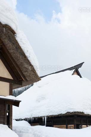 雪の中の民家の写真素材 [FYI02512126]