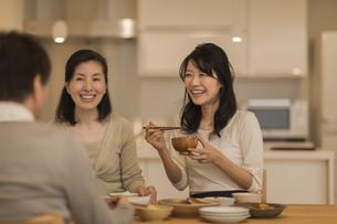 食事をする三人家族の写真素材 [FYI02512306]