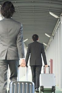 空港にむかうサラリーマンの写真素材 [FYI02512314]