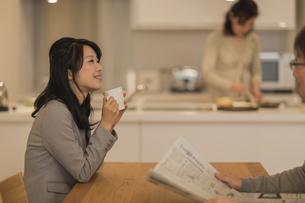 ダイニングテーブルでお茶を飲む娘の写真素材 [FYI02512547]