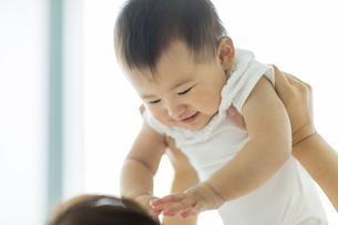 母親に抱っこされる赤ちゃんの写真素材 [FYI02512599]