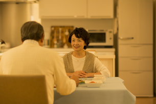 食卓で会話をするシニア夫婦の写真素材 [FYI02512603]