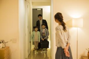 帰宅した父親を迎える家族の写真素材 [FYI02512626]