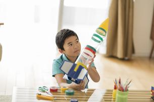 ペットボトルでロケットを作る男の子の写真素材 [FYI02512642]