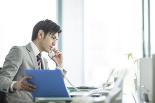 電話をするビジネスマンの写真素材 [FYI02512658]