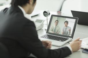 ビデオ通話をするビジネスマンの写真素材 [FYI02512677]
