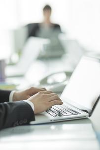 パソコンをするビジネスマンの手元の写真素材 [FYI02512693]