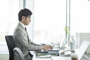 デスクで仕事をするビジネスマンの写真素材 [FYI02512702]