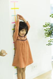 身長を測る女の子の写真素材 [FYI02512730]