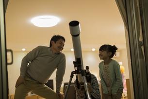 天体観測をする父親と子供たちの写真素材 [FYI02512779]