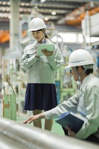 工場で働く男女の作業員の写真素材 [FYI02512783]