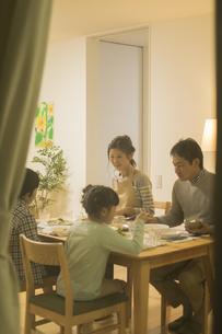 夕食を食べる家族の写真素材 [FYI02512789]