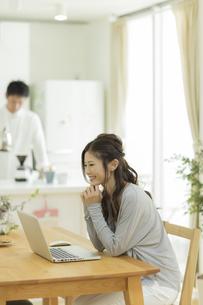 テーブルでパソコンをする女性の写真素材 [FYI02512790]