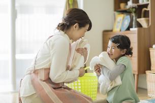 タオルを抱いて笑顔の親子の写真素材 [FYI02512805]