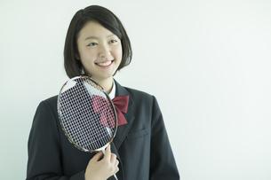 ラケットを持って笑顔の女子校生の写真素材 [FYI02512814]