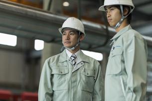 工場で働く2人の作業員男性の写真素材 [FYI02512828]