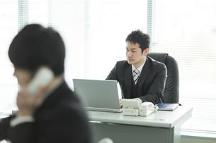デスクで仕事をするビジネスマンの写真素材 [FYI02512833]