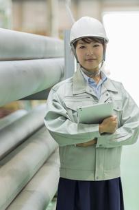 工場で働く作業服の女性の写真素材 [FYI02512841]