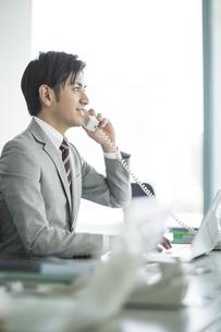 電話をするビジネスマンの写真素材 [FYI02512853]