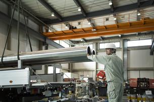 工場で働く作業員男性の写真素材 [FYI02512855]