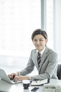 デスクに座るビジネスマンの写真素材 [FYI02512882]