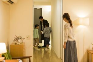 帰宅した父親を迎える家族の写真素材 [FYI02512891]